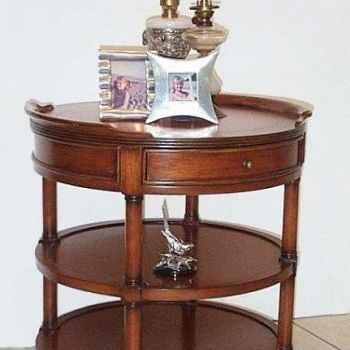 Raund tea table with 1 drawer.