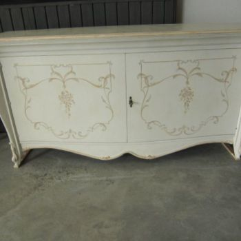 SHAPED LACQUERED SIDEBOARD